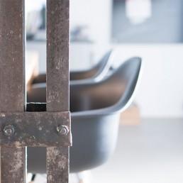 Stühle mit Stahlträger